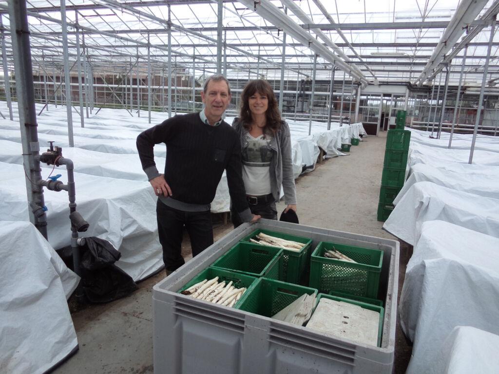 """Pascale Naessens, bekend van de kookboekenreeks """"Puur eten"""", op bezoek in onze aspergekwekerij."""